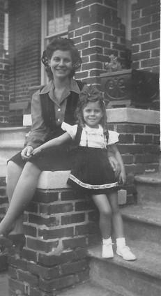 Janice and Mom on stoop, 1943.jpg